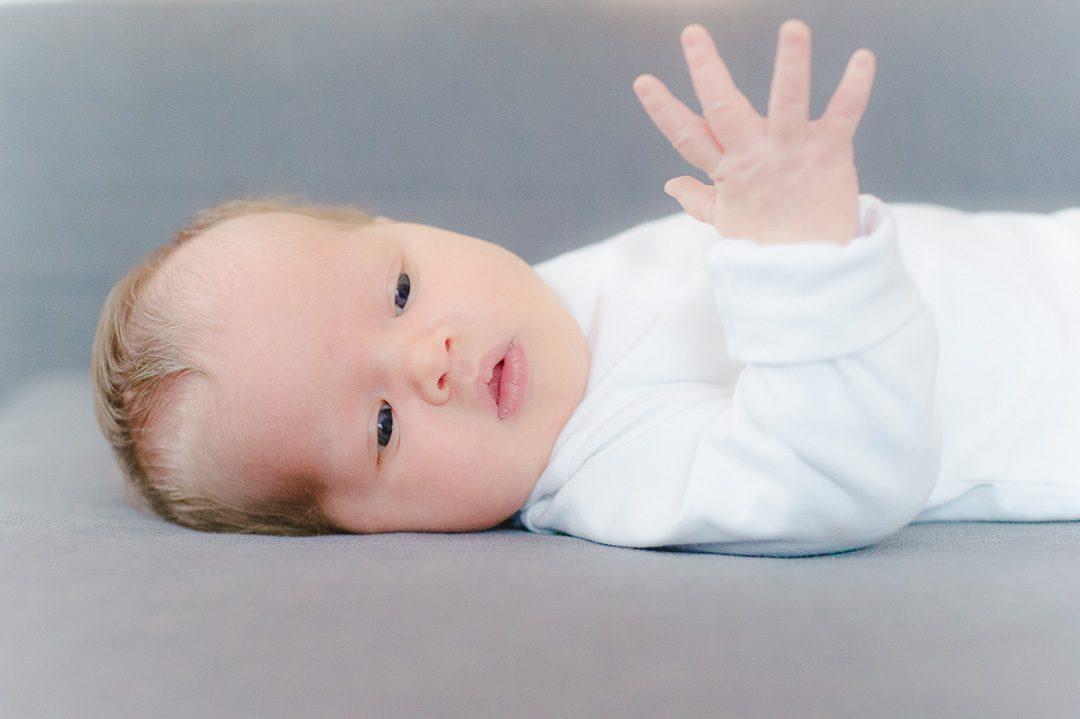 Baby Mädchen bei Fotoshooting zuhause