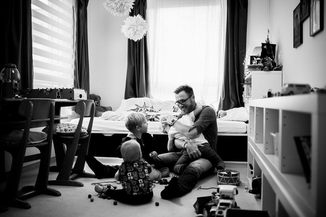 Vater spielt mit Kindern nach der Arbeit