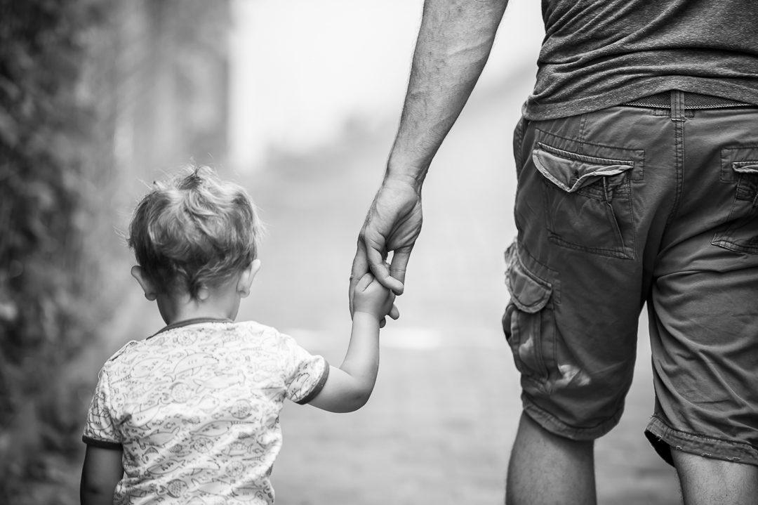 Schwarz-weiß Foto von Vater und Sohn