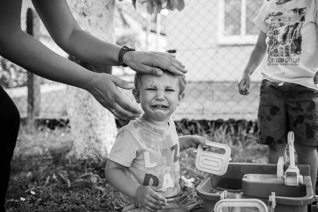 Junge weint beim Spielen im Garten