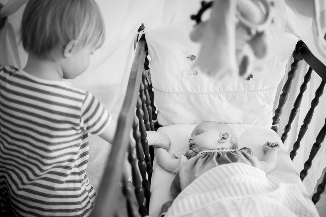 Große und kleine Schwester auf Kinderfoto