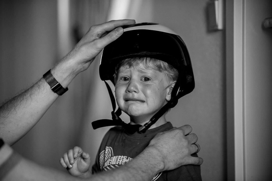 Junge weint wegen Fahrradhelm
