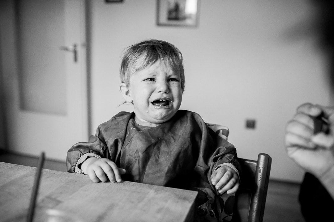 Kleiner Junge weint beim Abendessen
