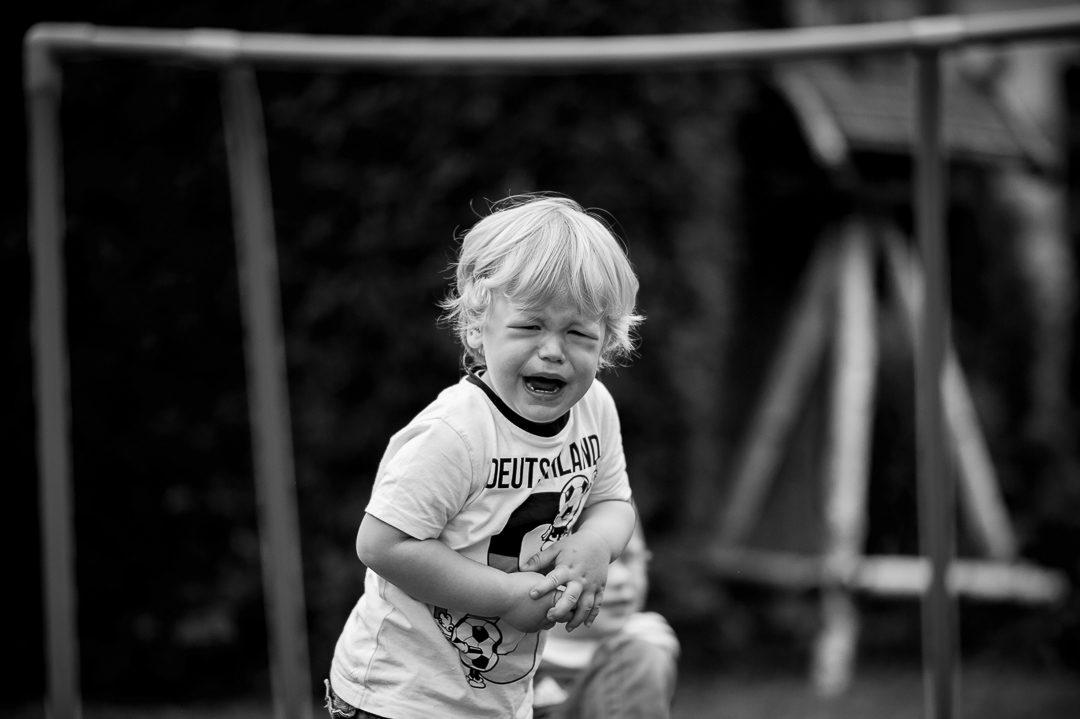 Junge weint beim Fußball spielen