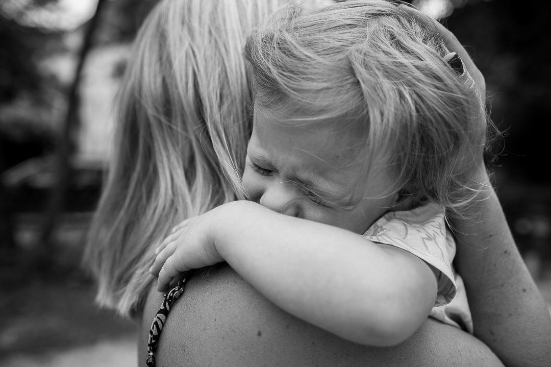 Mädchen weint auf dem Spielplatz