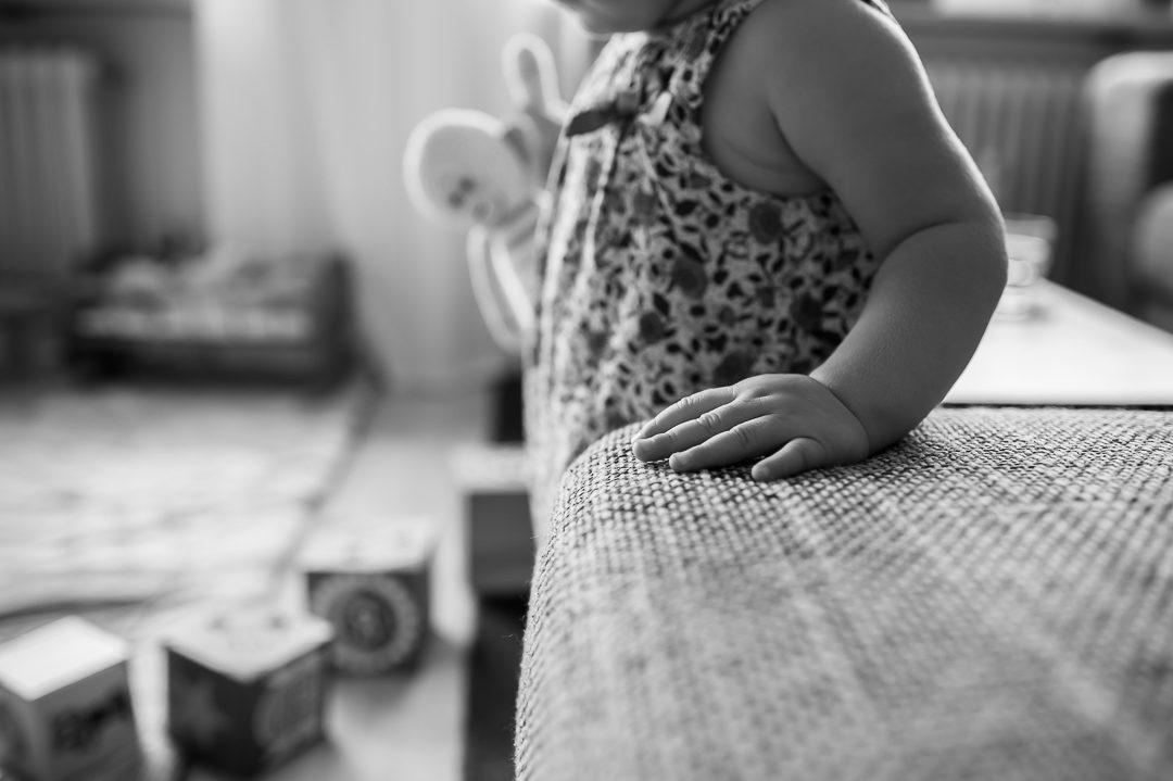 Einjährige mit Puppe