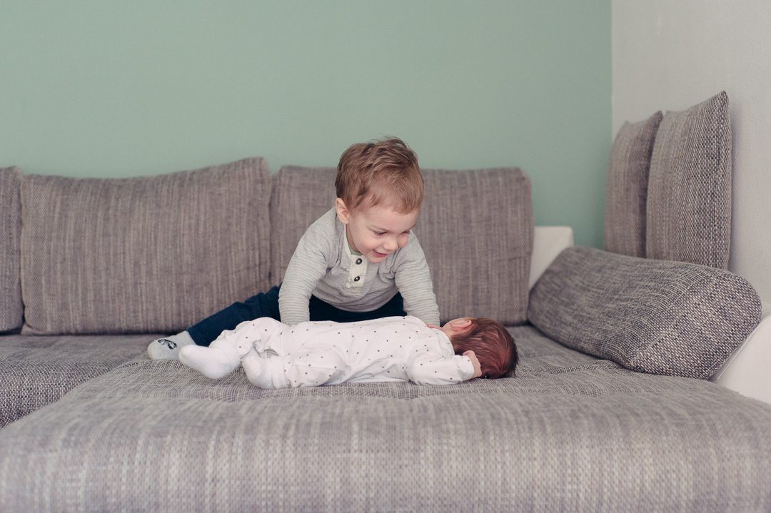 Großer Bruder mit Neugeborenem