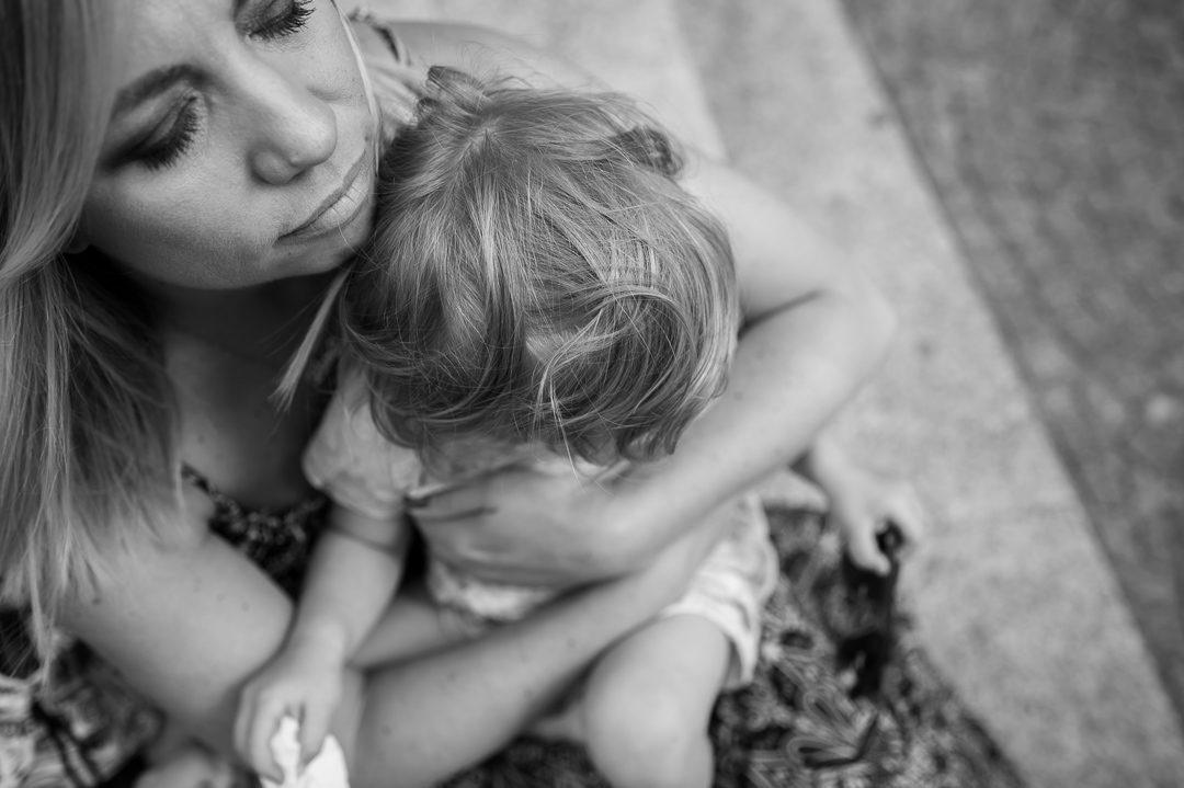 Mutter Tochter kuscheln