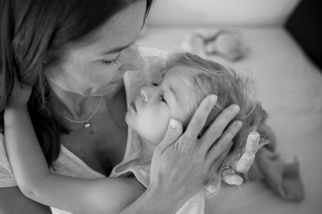 KInderbild von Mutter mit weinender Tochter