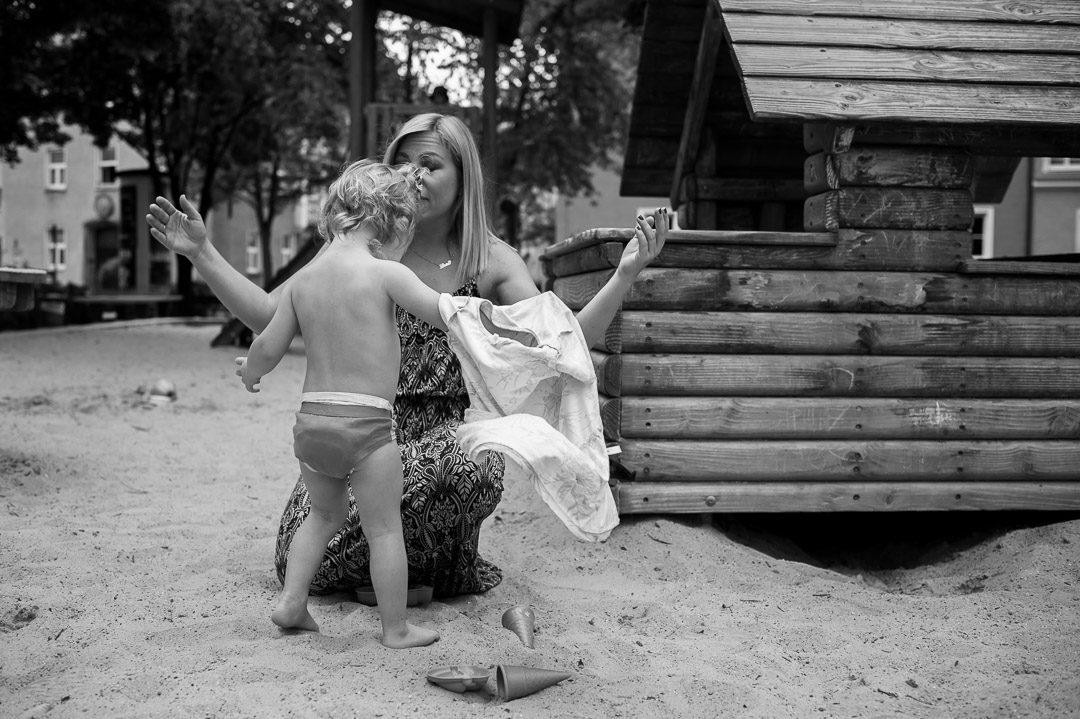 Mutter und Tochter diskutieren auf dem Spielplatz München
