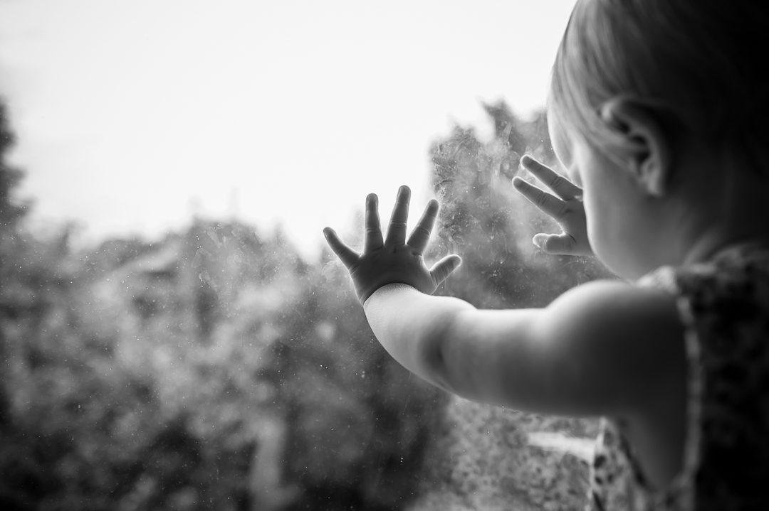 Fingerabdrücke von Kleinkind am Fenster