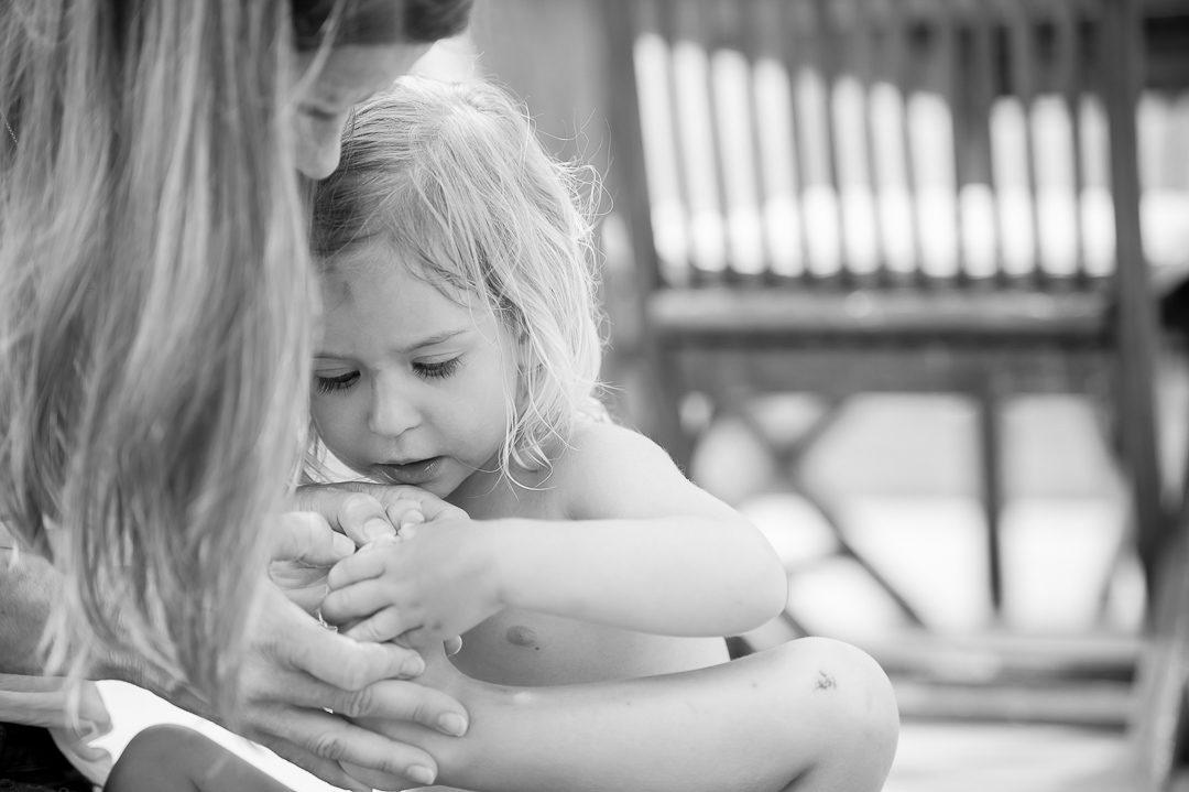Kinderbild von kleinem Mädchen mit Mutter