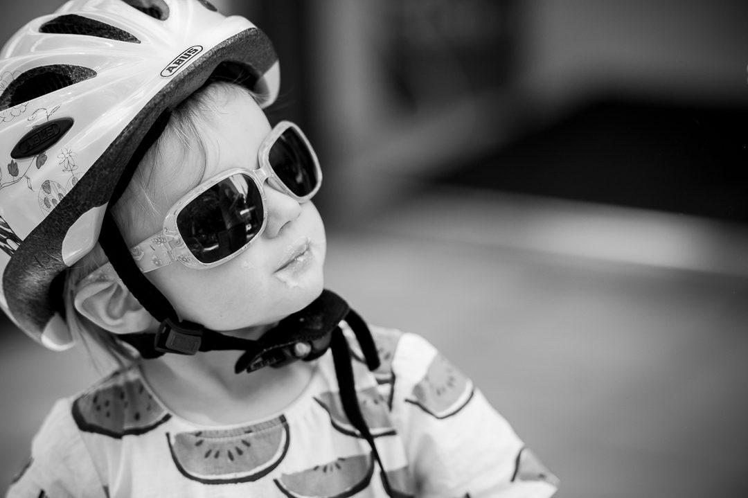 Kinderfoto von Mädchen mit Eis Schnute