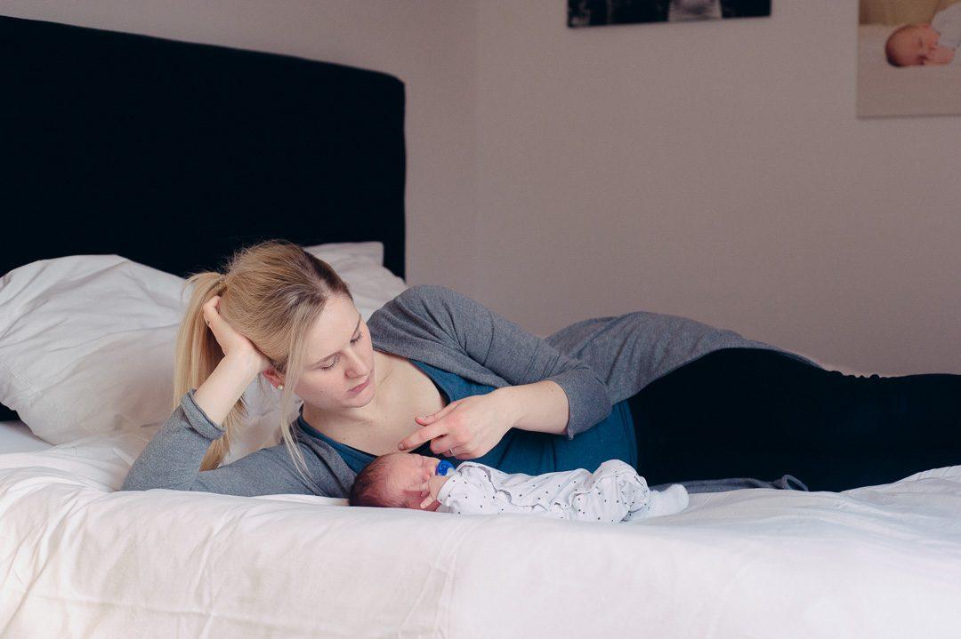 Babybilder von Mama und Kind im eigenen Zuhause