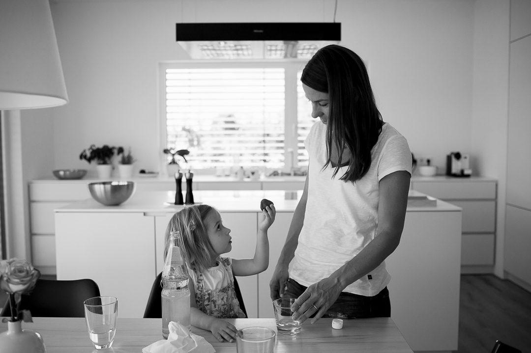 Foto von Mutter und Tochter in der Küche