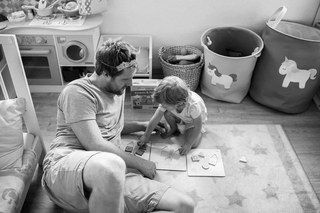 Papa spielt mit kleiner Tochter