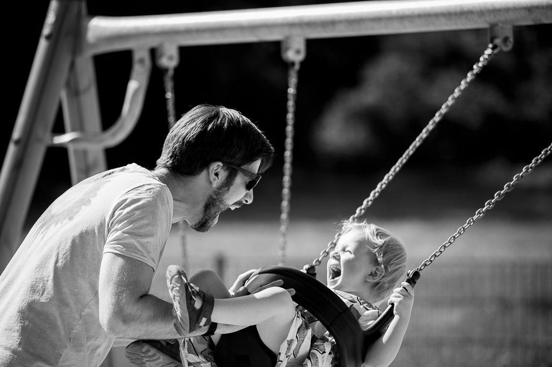 Papa mit Tochter auf dem Spielplatz Augsburg