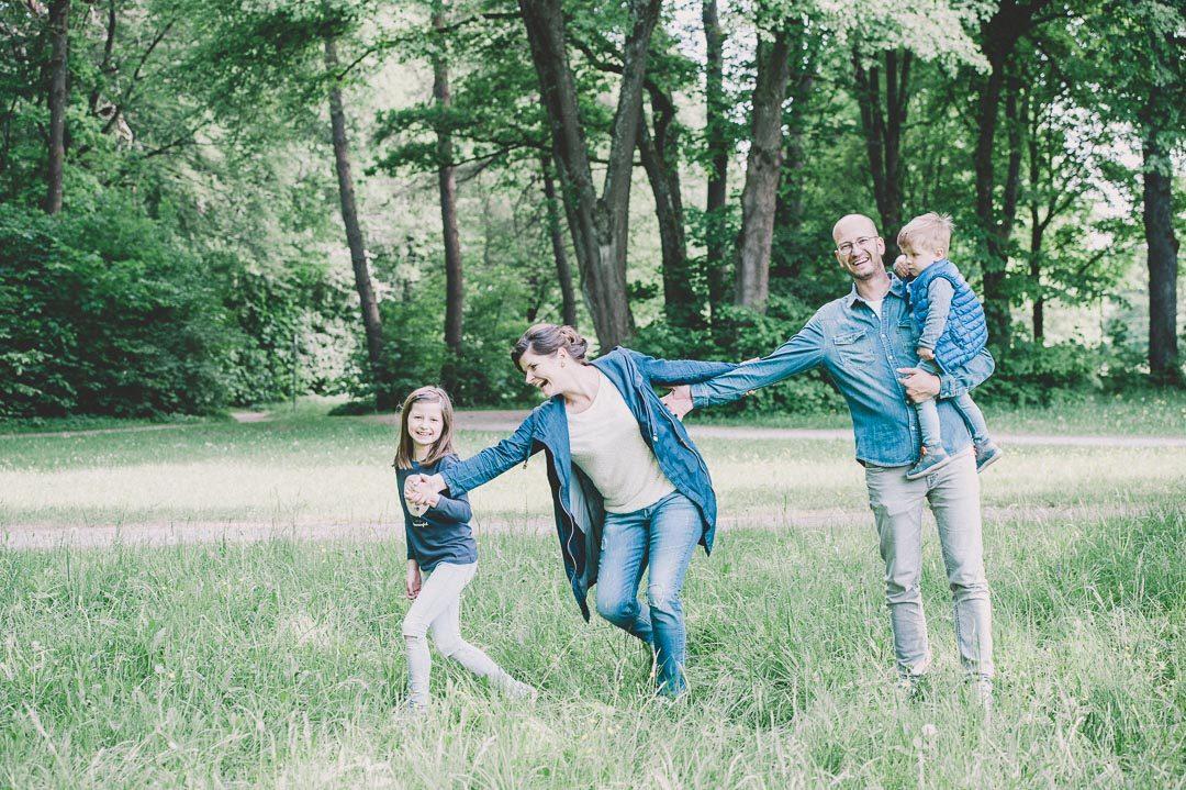 Ungestellte Familienbilder bei Fotoshooting in Augsburg