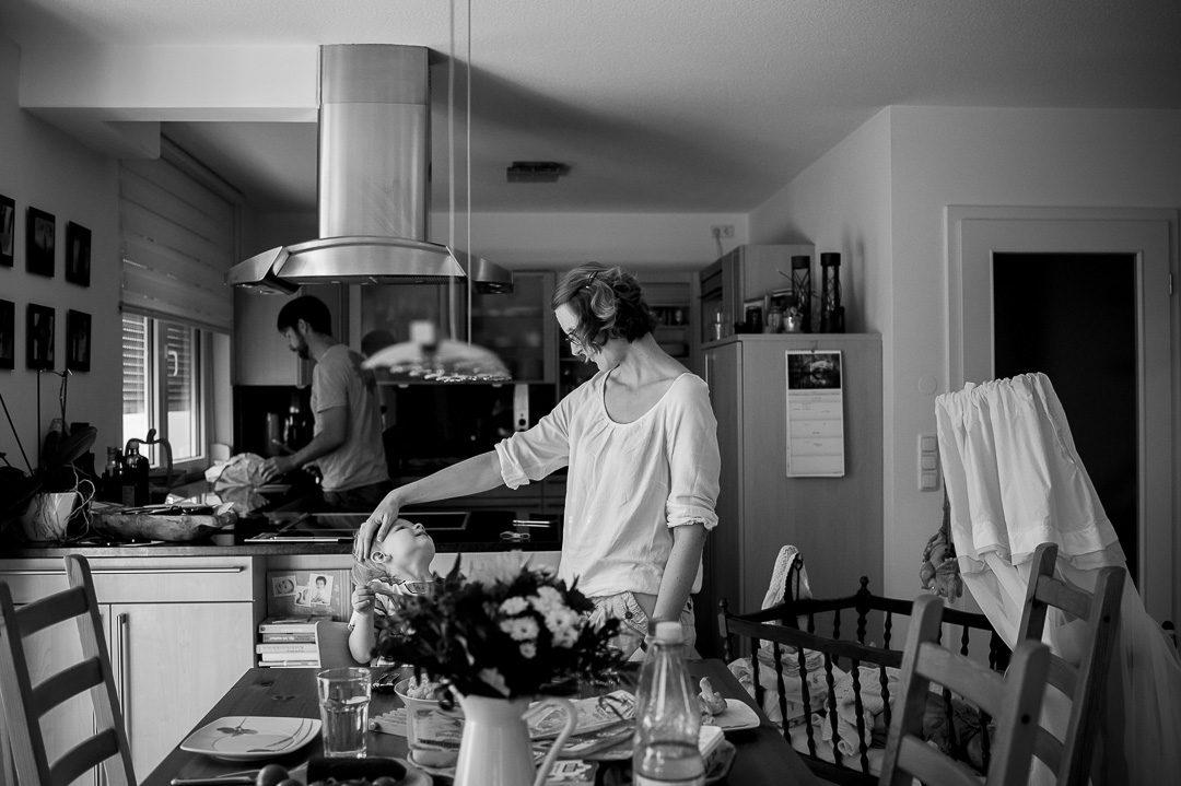 Eltern bereiten Abendessen zu