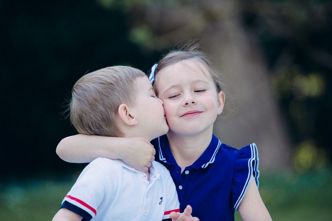 Bruder und Schwester auf Kinderfoto Augsburg
