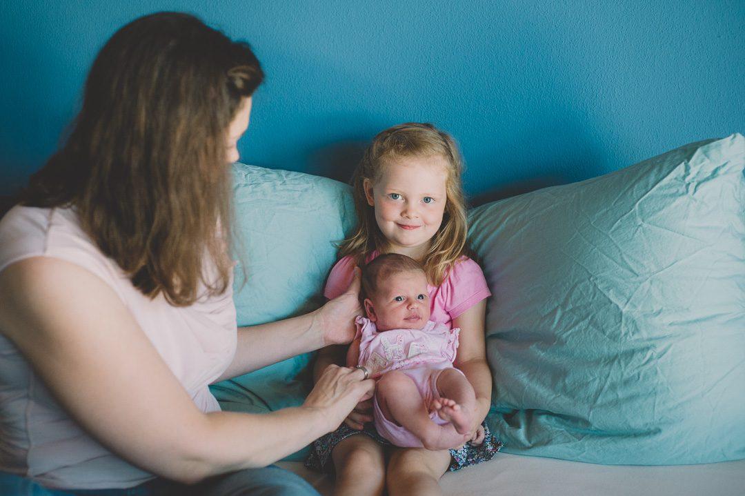 Große Schwester bei Neugeborenenshooting in München