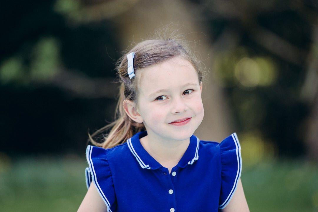 Kinderfoto von Mädchen in blauem Kleid