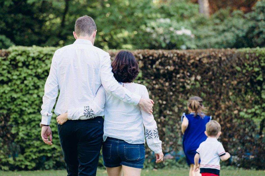 Familienbilder von Eltern mit Tochter und Sohn von Petsy Fink
