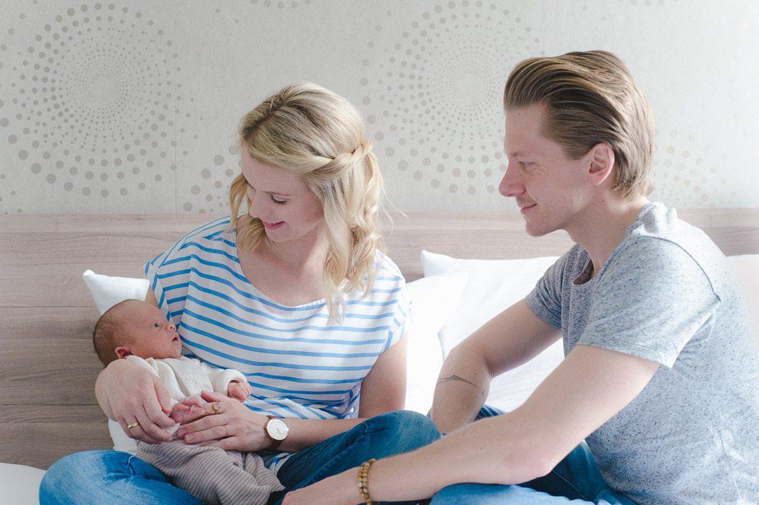 Neugeborenes mit Eltern auf Foto