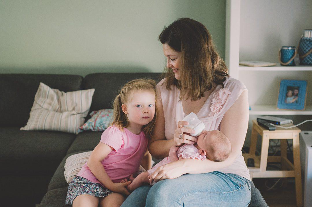 Baby wird während Fotoshooting gefüttert