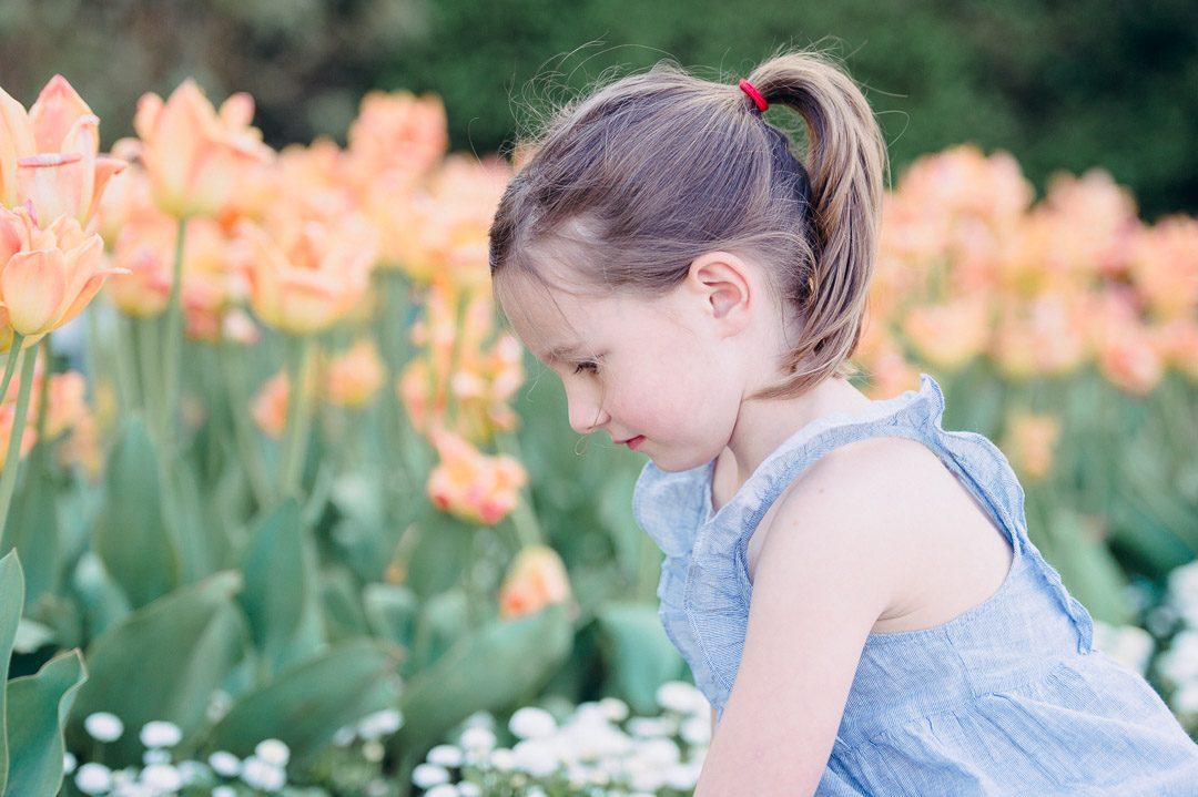 Kleines Mädchen im Botanischen Garten