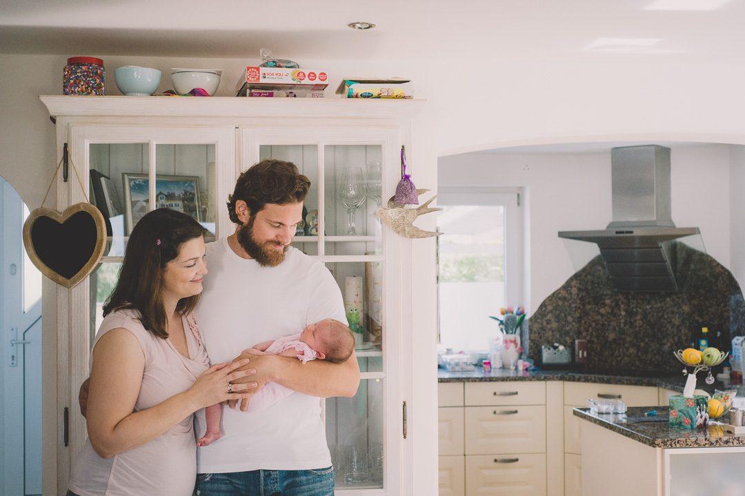 Junge Eltern zuhause mit Baby Tochter