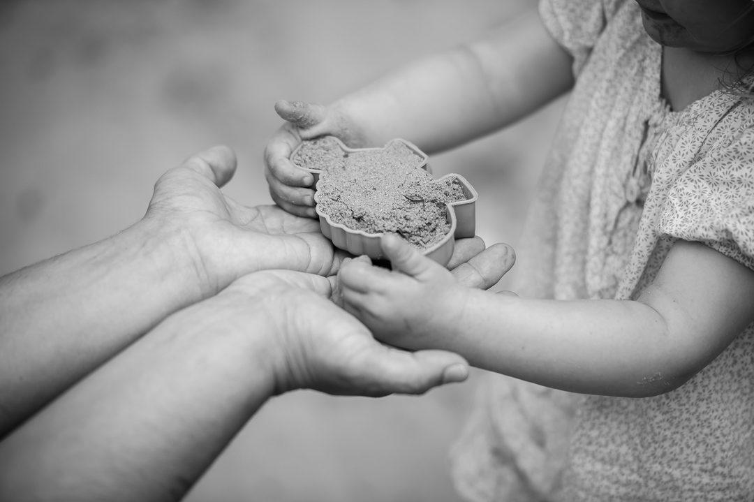 Sandkasten Spiele Backförmchen Tochter mit Vater