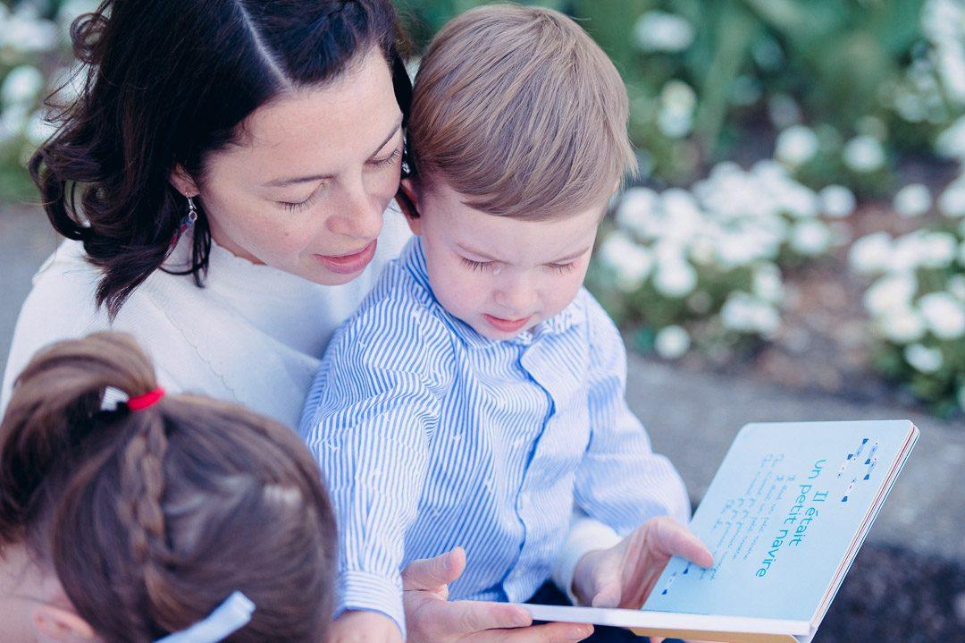 Mutter liest Buch mit Kindern