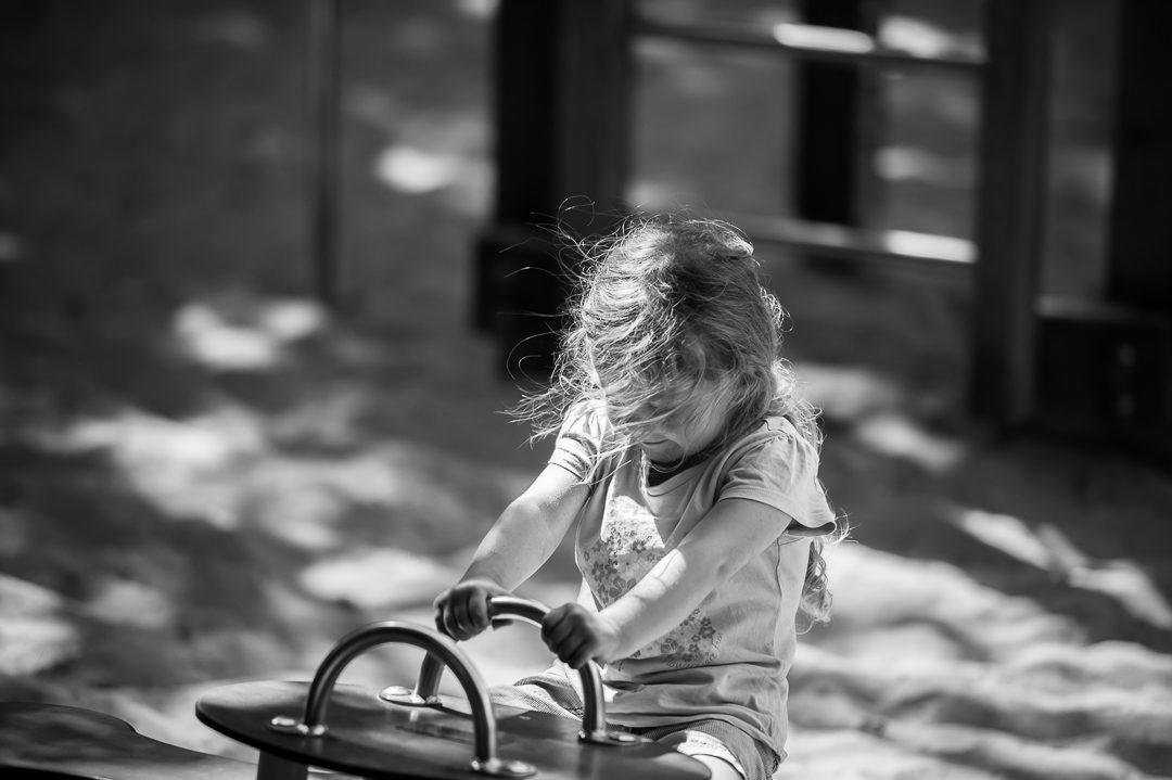 Kleines Mädchen auf dem Spielplatz Augsburg