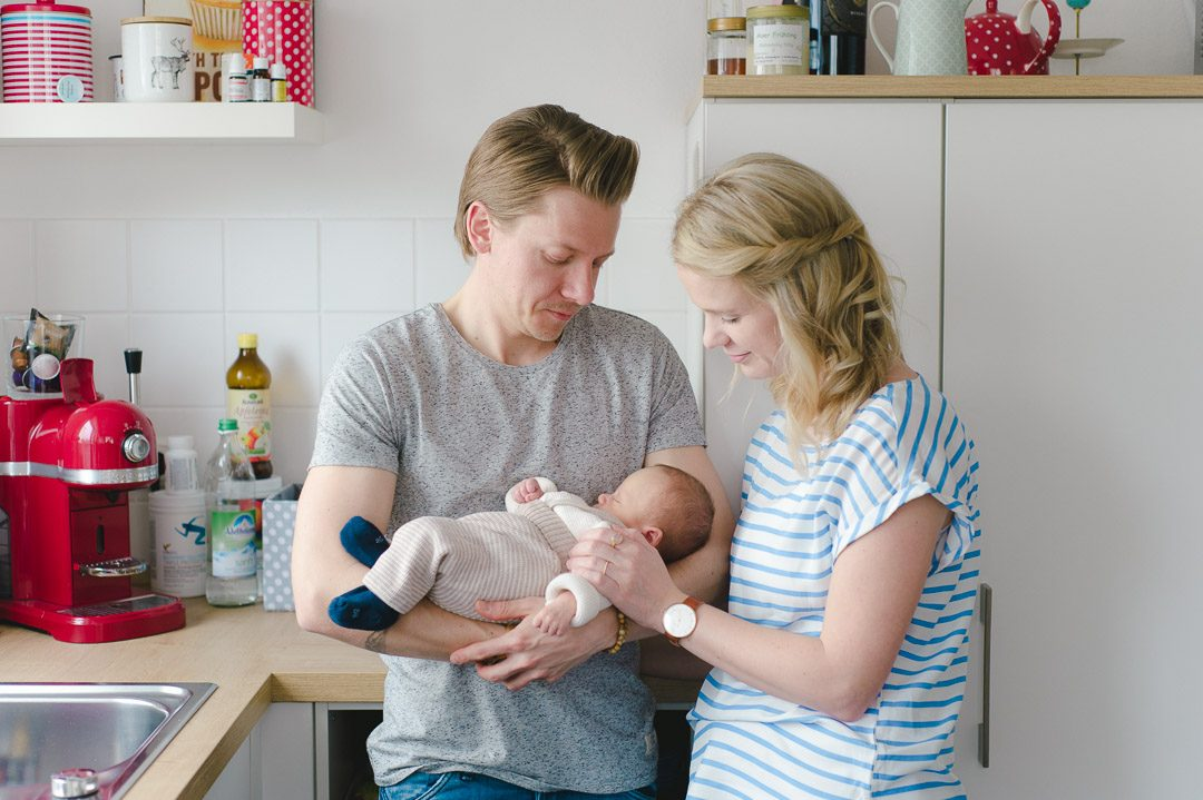 Neugeborener Junge mit Eltern auf Familienfoto