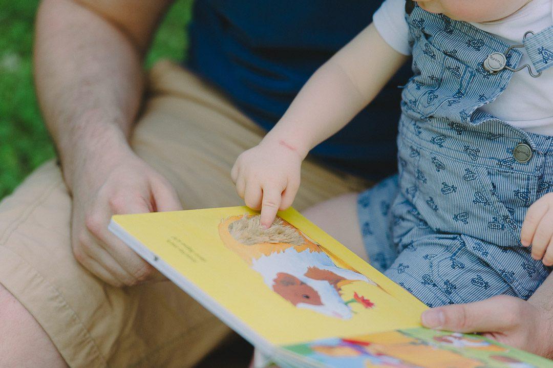 Bilderbuch und Baby