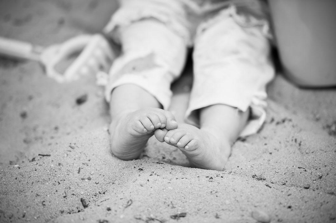 Kind im Sandkasten Spielplatz Göggingen