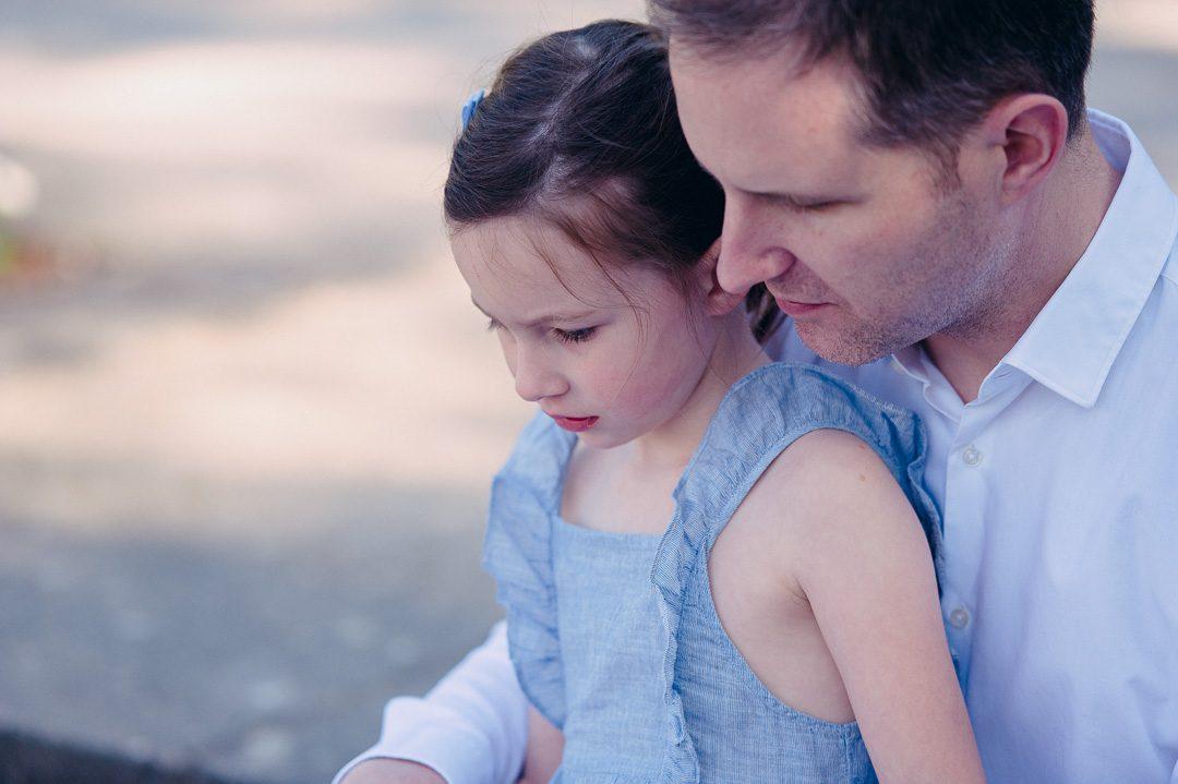 Vater und Tochter lesen ein Kinderbuch