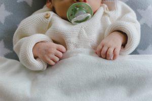 Babyhände und Schnuller
