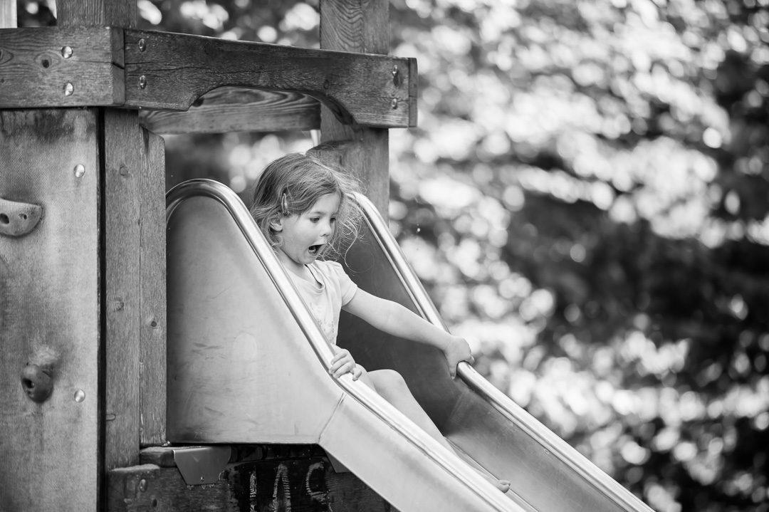 Kleines Mädchen auf der großen Rutsche in Augsburg