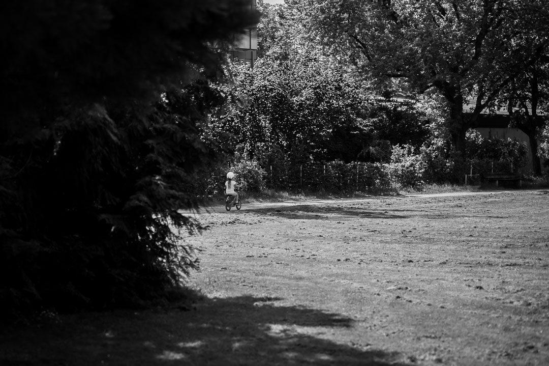 Kleines Mädchen fährt Fahrrad im Park
