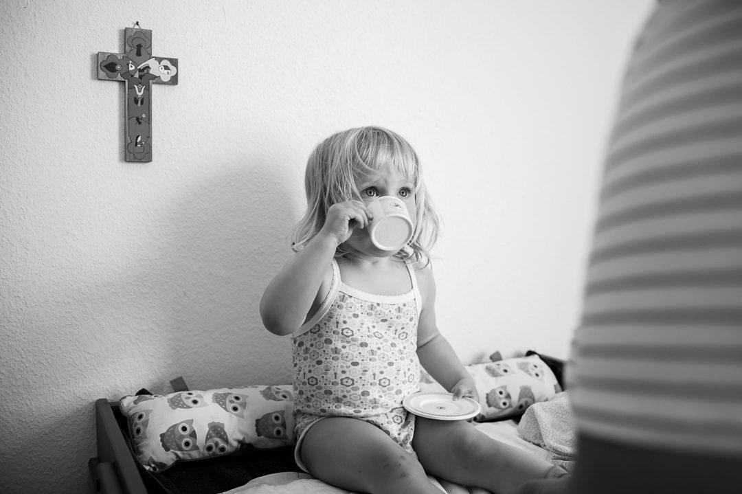 Kleines Mädchen spielt Tea Time