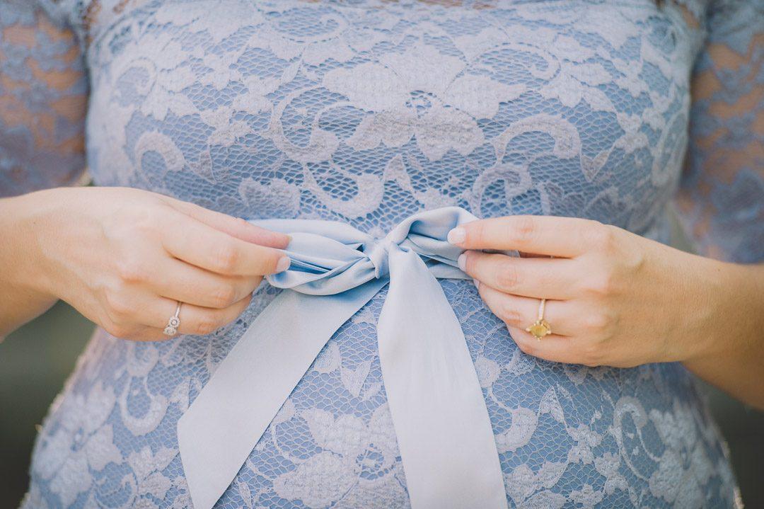 Elegantes Schwangerschaftskleid mit Schleife