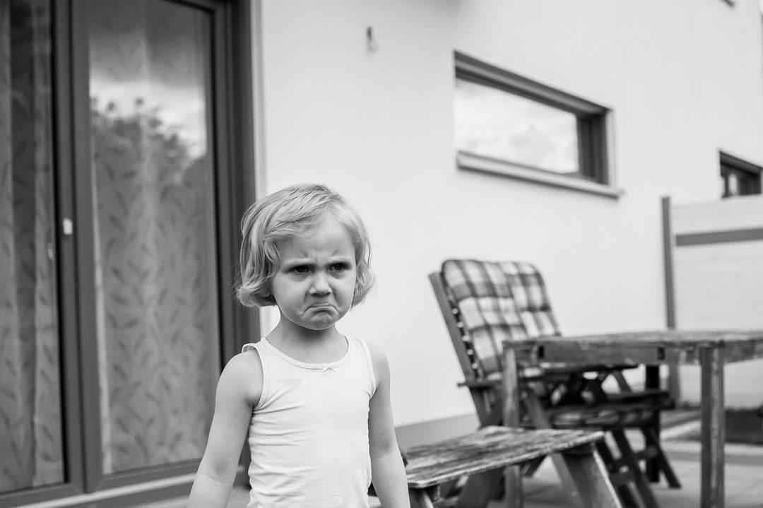 Trotziges kleines Mädchen auf Kinderfoto