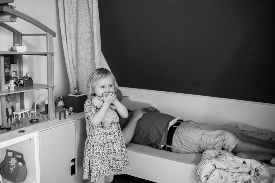 Papa und Tochter spielen im Kinderzimmer