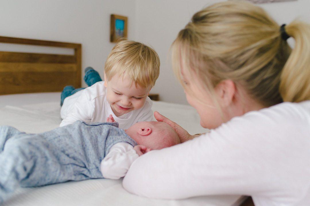 Mutter mit zwei Söhnen auf Familienfoto