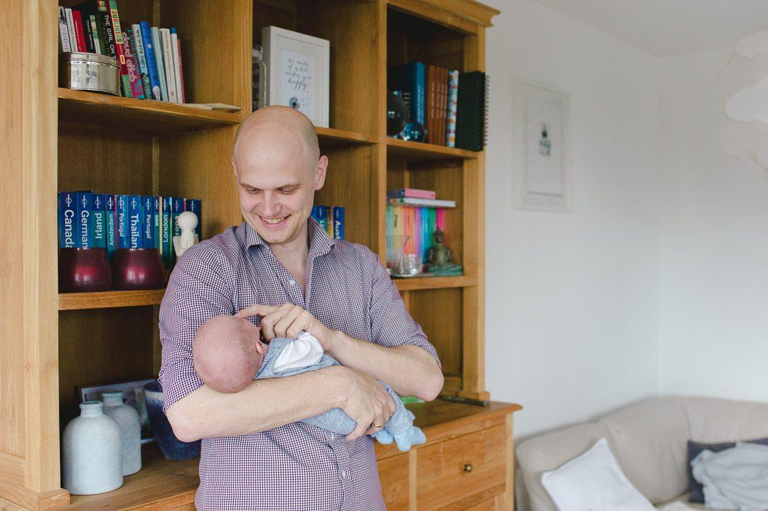 Stolzer Papa mit neugeborenem Jungen