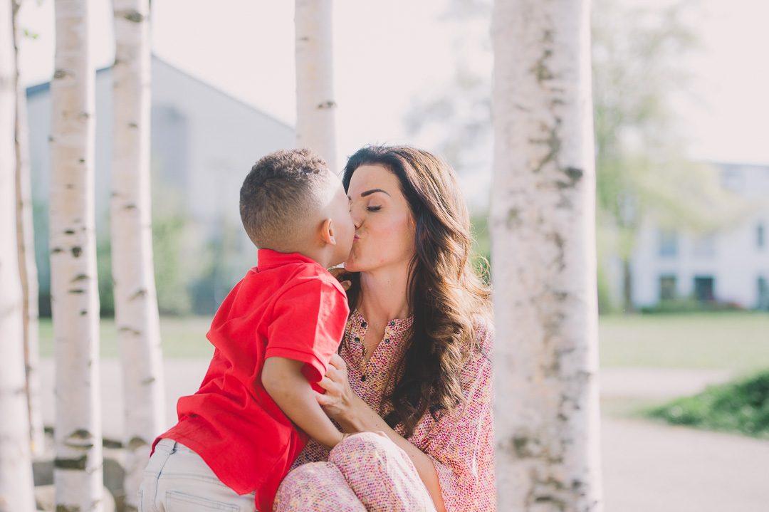 Mutter und Sohn beim Fotoshooting mit Petsy Fink im Sheridanpark