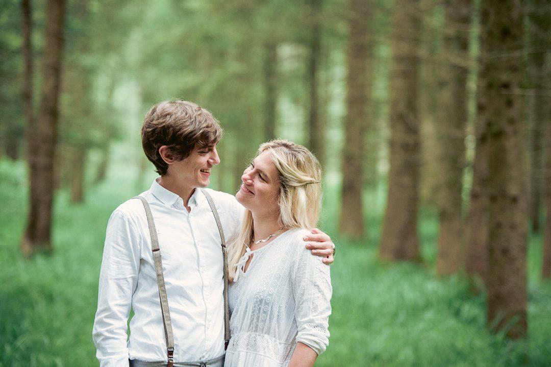 Familienfotograf fotografiert junge Eltern