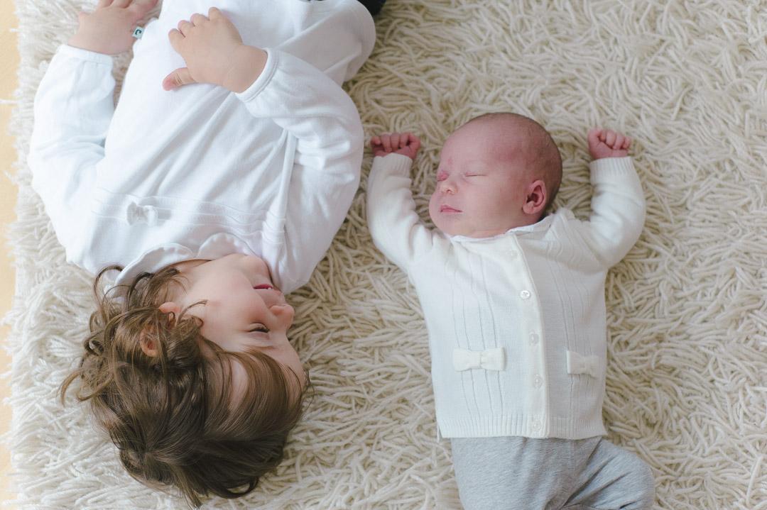Babyfoto mit älterer Schwester